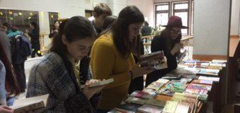 カオマバザーからウクライナ日本語弁論大会に本を寄付しました